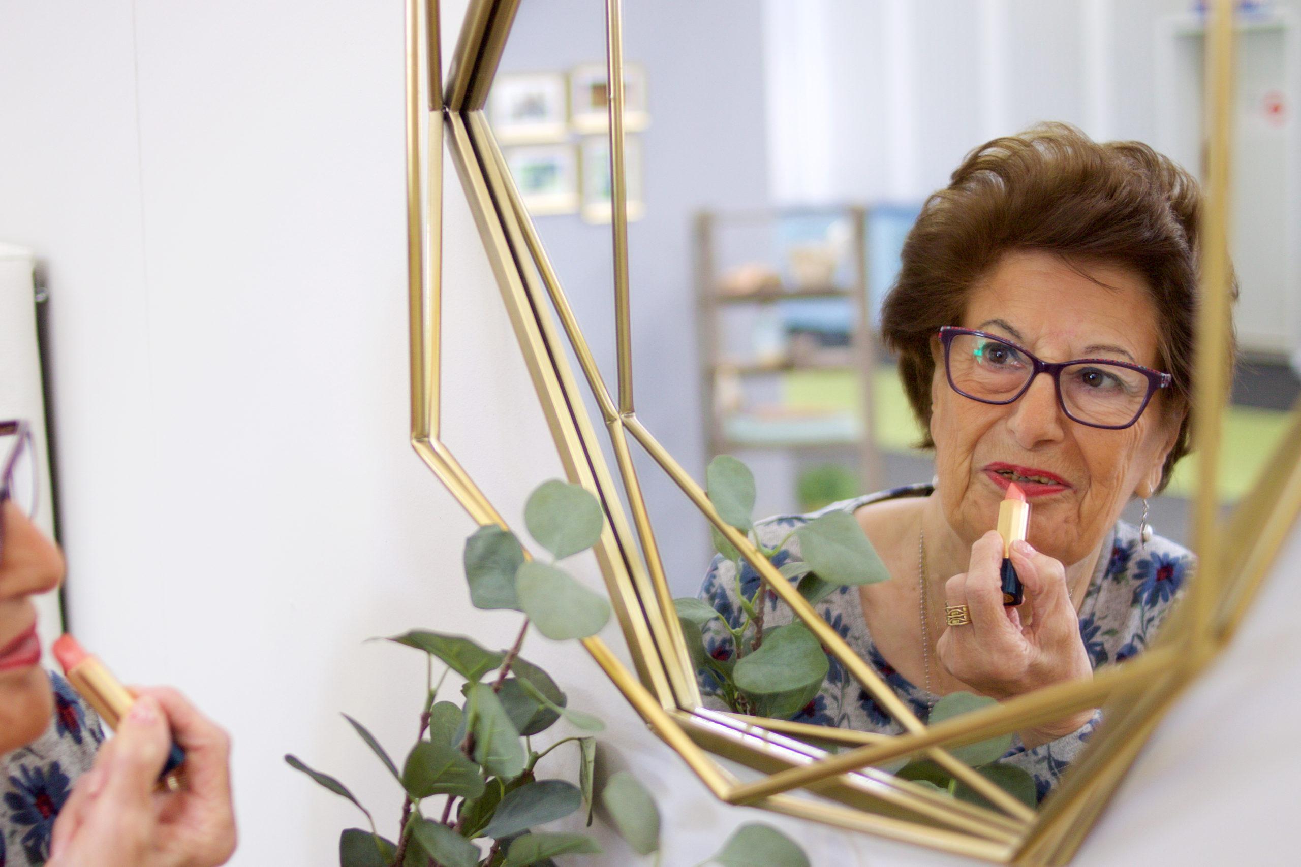 foto petri pintandose los labios 1 scaled - Apartamentos