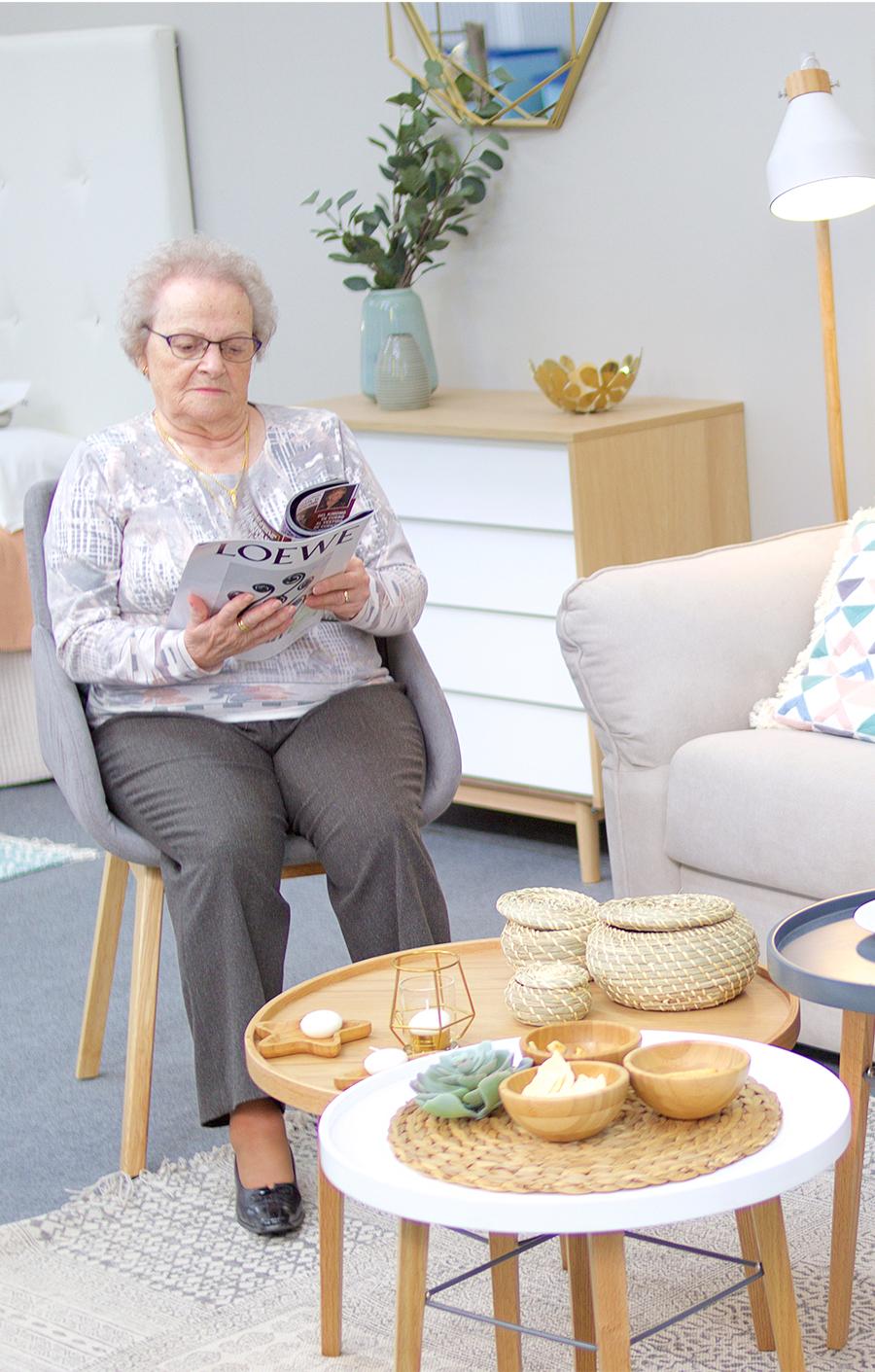 mujer leyendo - Solicitud de ingreso